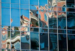 Fotografía de reflejos en fachada en calle de Juan Bravo