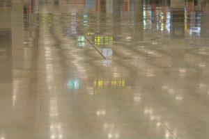 Fotografía del suelo del aeropuerto de Barajas