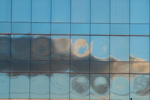 Fotografia de nube reflejada en edificio de M30