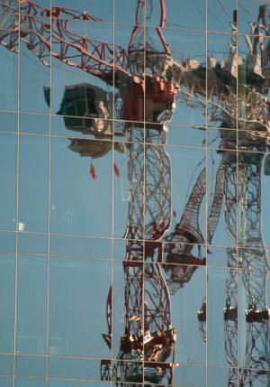 Fotografía de reflejo de grúa de construcción