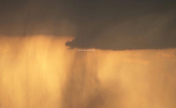 Fotografía de tormenta con texto