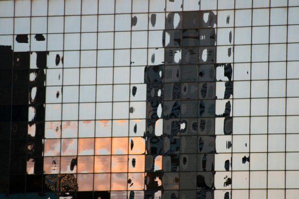 Fotografía de reflejo en las fachadas de los edificios