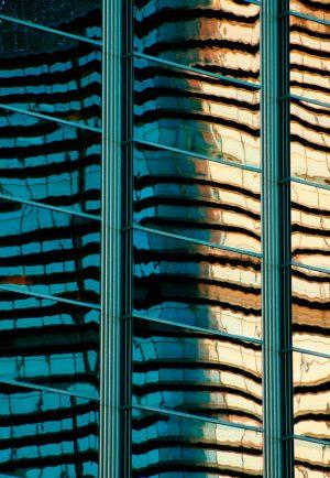 Fotografía de BBVA reflejado en fachada