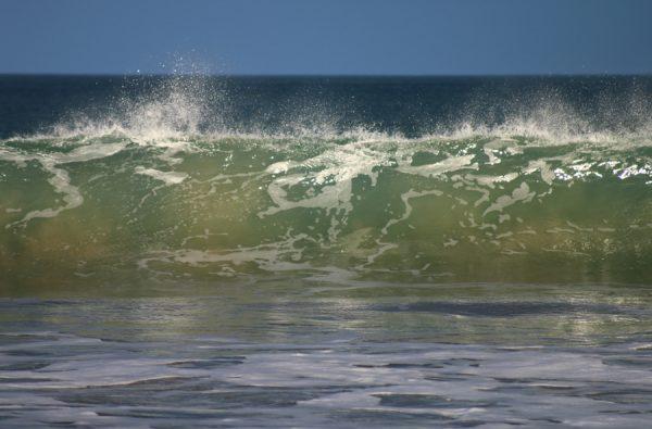 Fotografía de ola rompiendo