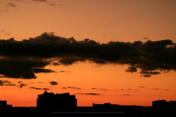 Fotografía de nubes al atardecer sobre la ciudad