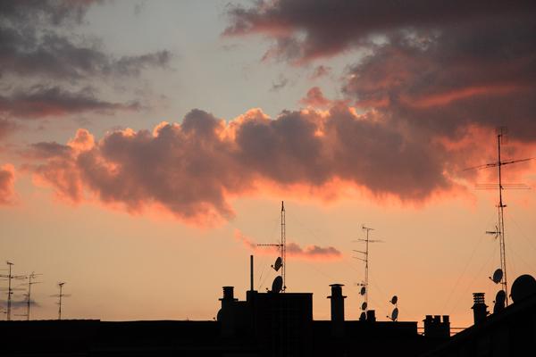 Fotografía de atardecer con nube sobre Madrid