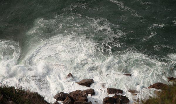 Fotografía de olas al pie del faro