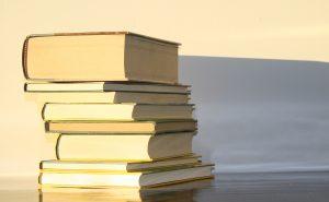 Fotografía de libros sobre una mesa