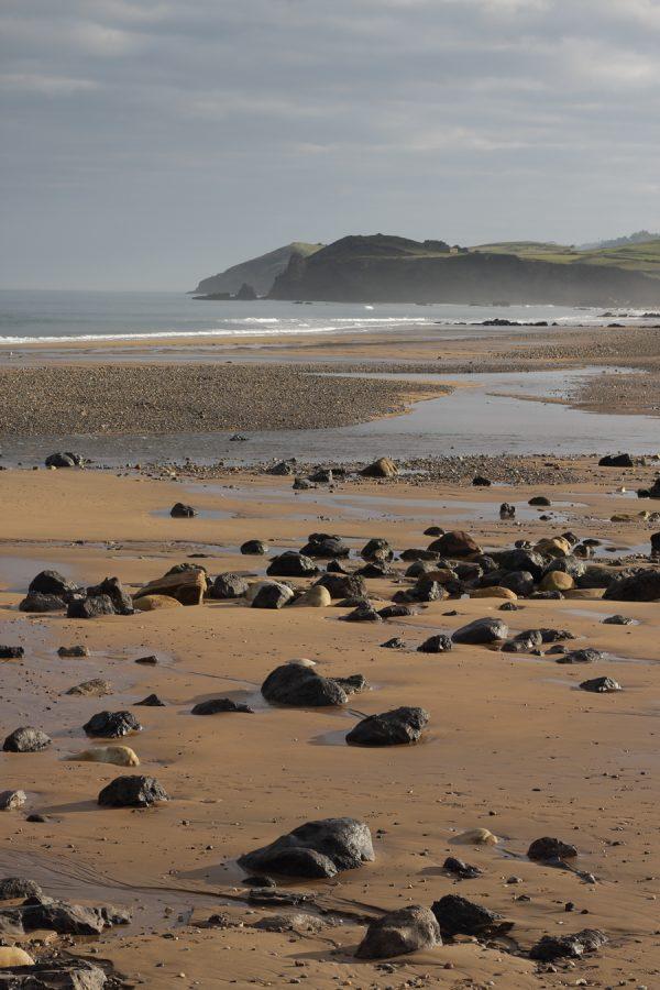 Fotografía de piedras en la playa