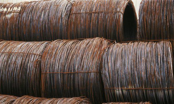 Fotografía de cables industriales en tonos rojos
