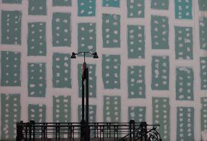Fotografía de boca de metro en Madrid. La ciudad es un escenario abierto. Medidas 50x70 cm, impresa en papel brillo de alta calidad, se envía sin montar enrollada en un tubo rígido.